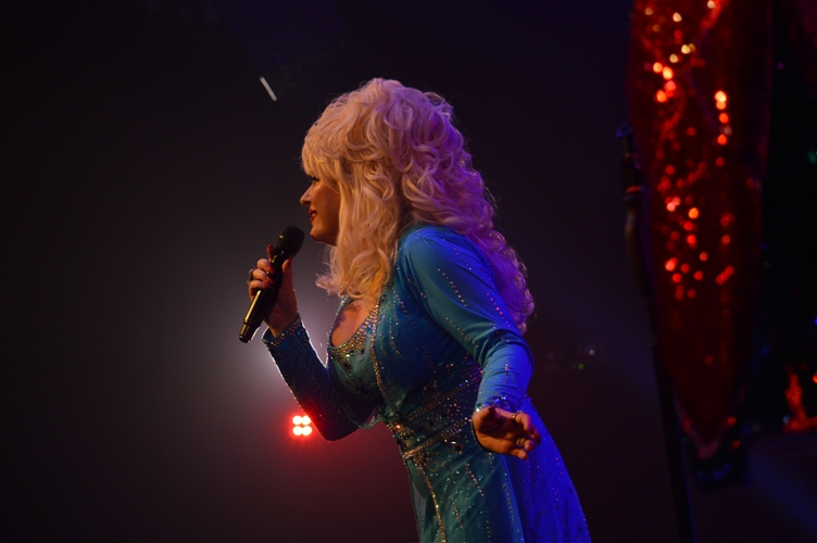 Sarah Jaynes Dolly Parton Experience Tribute Band Glastonbudget Tribute Band Music Festival pic2